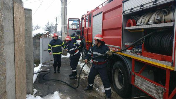 Pompierii intervin în acest moment la un incendiu la o casă de pe Mircea Vodă