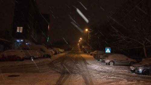 În municipiu se circulă in condiţii de iarnă. Şase utilaje vor acţiona toată noaptea