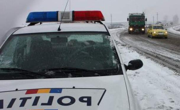Trei accidente rutiere cu victime, din cauza vitezei şi a zăpezii de pe carosabil
