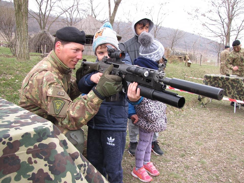 Infanteriştii marini din Babadag au fost vizitaţi de 400 de copii