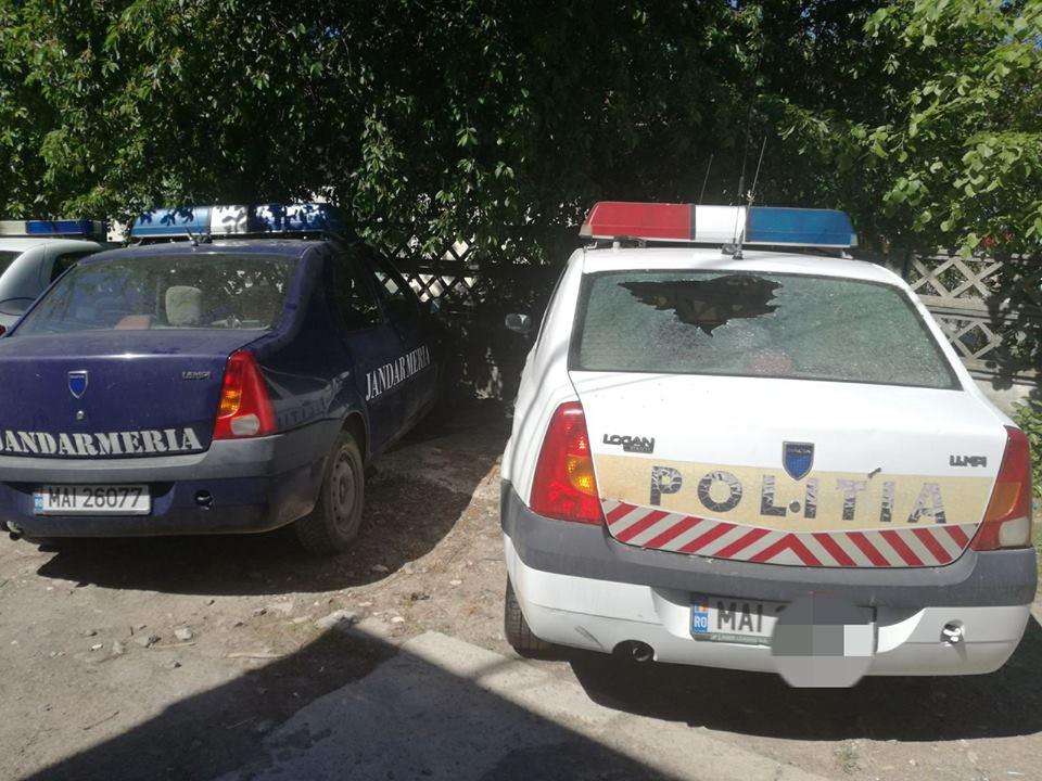 S-a răzbunat pe maşina poliţiei şi i-a spart geamul, dar a fost încătuşat de jandarmi