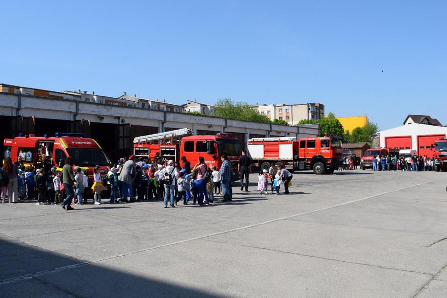 160 de copii au fost pompieri pentru o zi