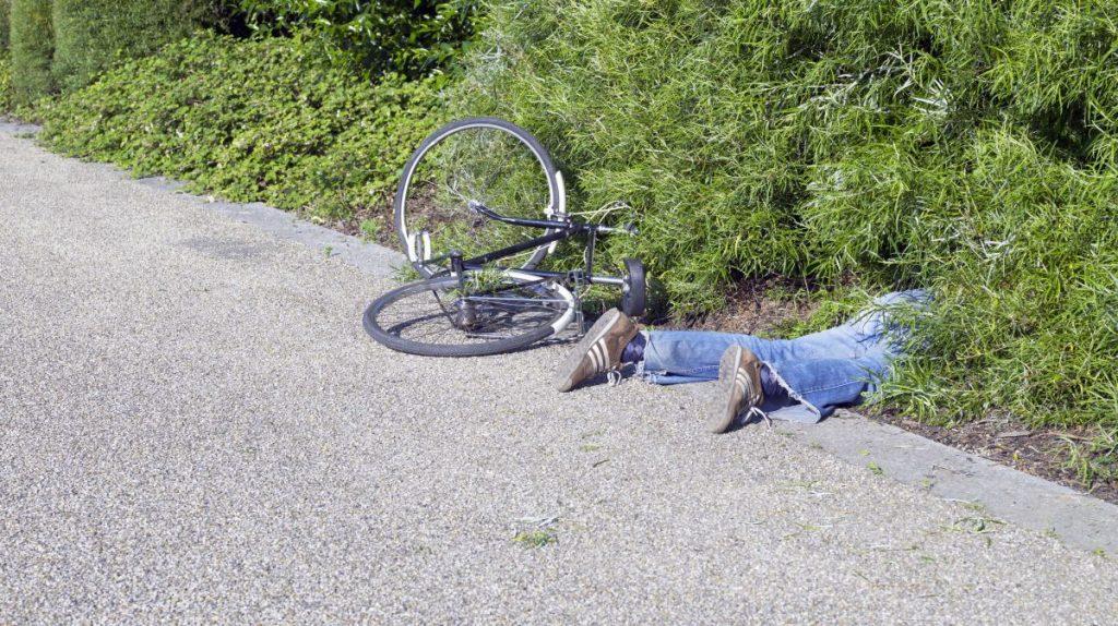 Două persoane au ajuns la spital, după ce au băut zdravăn şi au căzut cu tot cu biciclete!