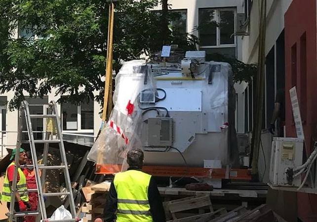 Prima piesă a RMN-ului, a fost montată, azi, la Spitalul Județean. In maxim două luni, aparatul va fi funcțional 100%