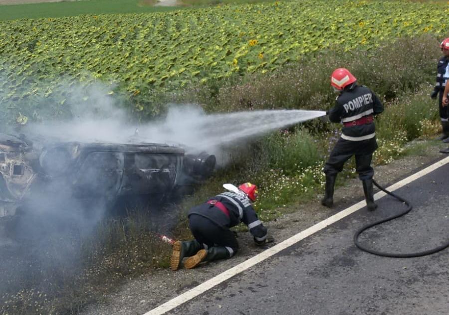 O maşină a ars, aproape de Baia