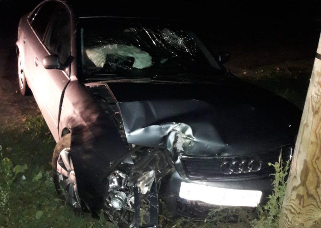 A intrat cu maşinaîn copac, la Baia. Două persoane au fost rănite