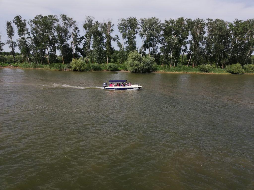 Cinci turiști din Ploiești s-au înfipt cu barca în malul pietros, în zona Uzlina