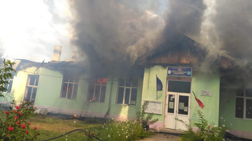 Arde şcoala generală din Dorobanţu!