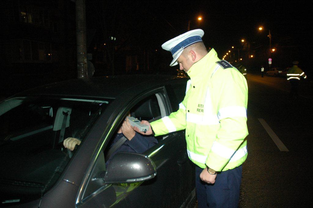 Depistat în trafic fără permis de conducere și sub influența alcoolului