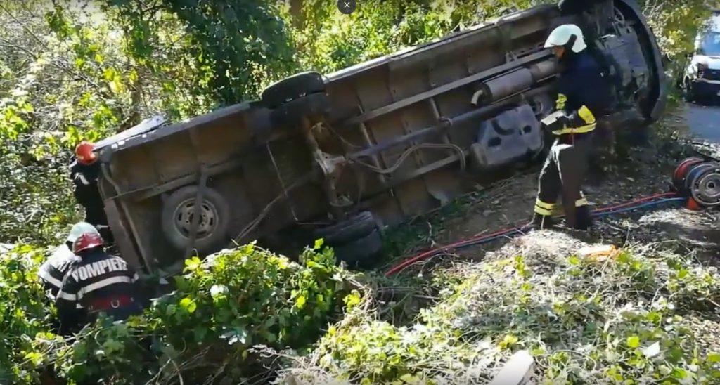 Un microbuz cu pelerini din Tulcea s-a rasturnat în Vaslui. O femeie a murit şi alte 12 persoane sunt rănite, dintre care una foarte grav