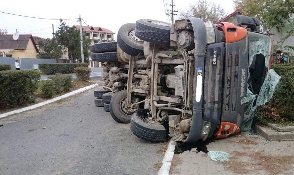 Un camion încărcat cu piatră s-a răsturnat în Isaccea