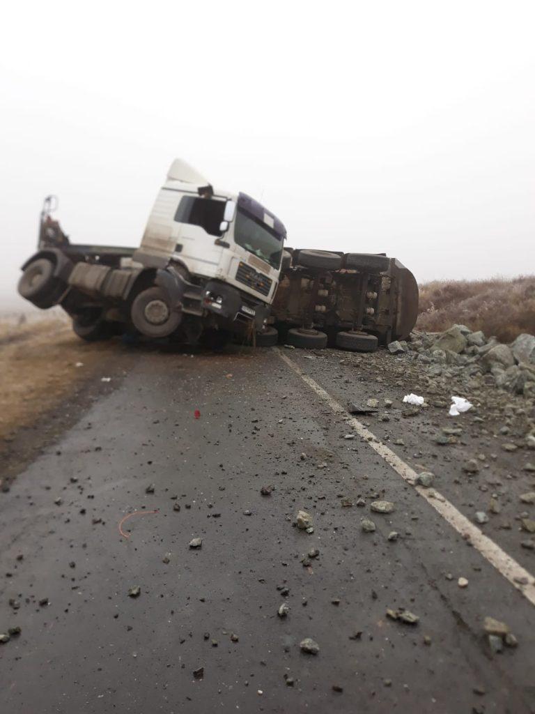 Camion cu piatră răsturnat la Garvăn. Traficul a fost complet blocat o oră