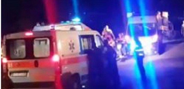 Bătaie cu cuţite, potolită de mascaţi şi jandarmi. O persoană a ajuns la spital.