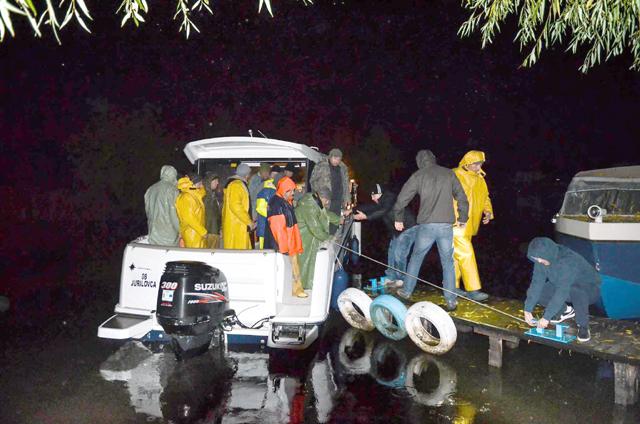 Două persoane aflate în derivă pe lacul Razelm, salvate de oamenii din zonă, conduși de primarul Ion Eugen