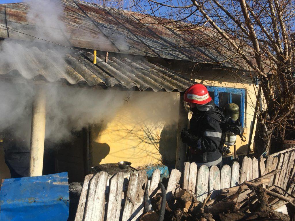 Arde o casă la Somova. Pompierii intervin cu două autospeciale