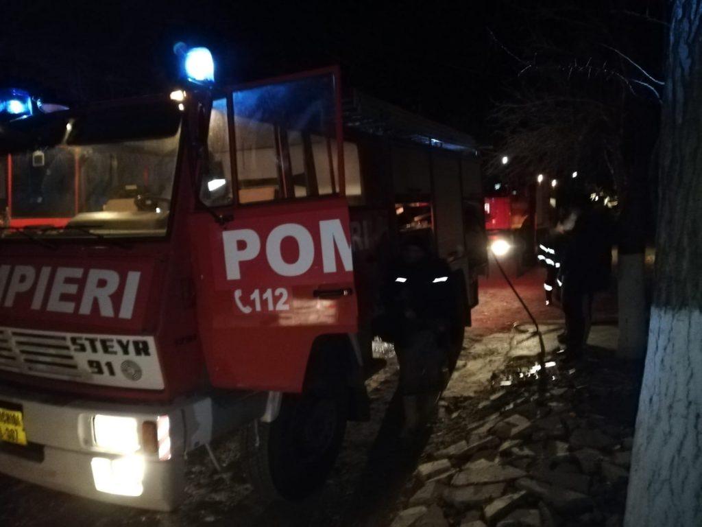 Incendiu la Sarichioi. Pompierii voluntari au intervenit primii