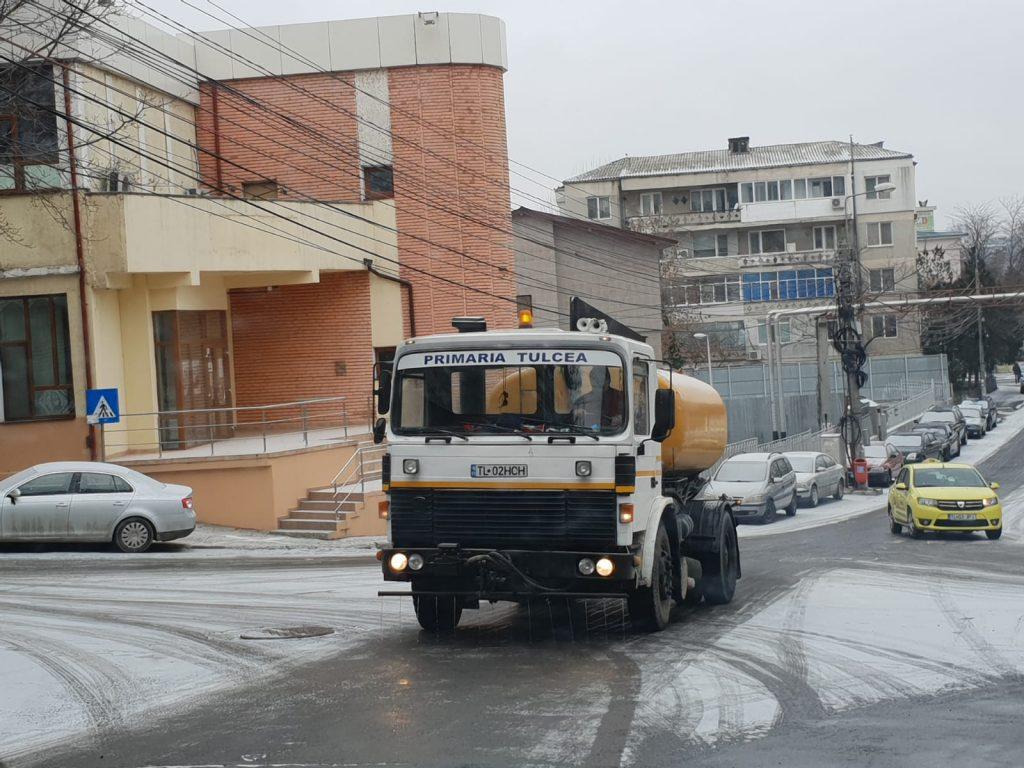 Primii fulgi au scos utilajele SSP în stradă. Se circulă normal în tot municipiul