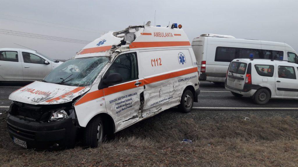 Ambulanţă din Tulcea în misiune, implicată într-un accident în drum spre Constanţa. Asistenta a fost rănită