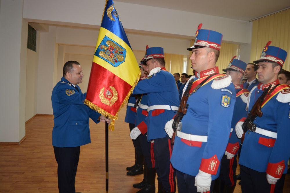 Moment festiv la Inspectoratul de Jandarmi Judeţean Tulcea. Noul comandant a preluat drapelul de luptă