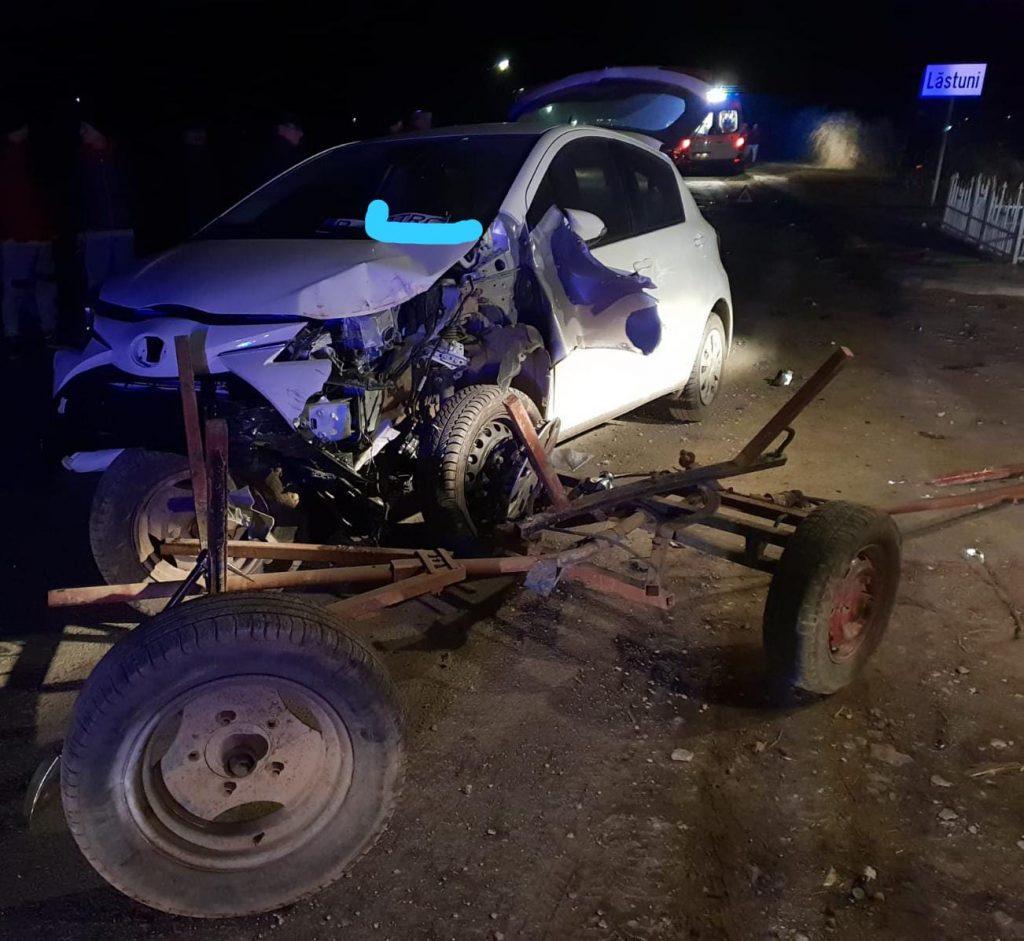 O căruţă a fost spulberată de un autoturism, la Lăstuni