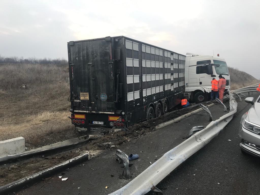 TIR răsturnat pe Autostrada 2. Şoferul a adormit la volan