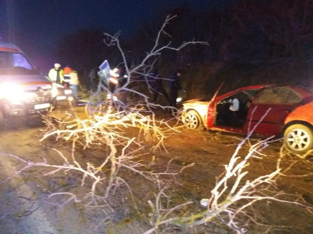 Un şofer de 20 de ani s-a înfipt cu maşina în copac. Doi oameni au fost răniţi