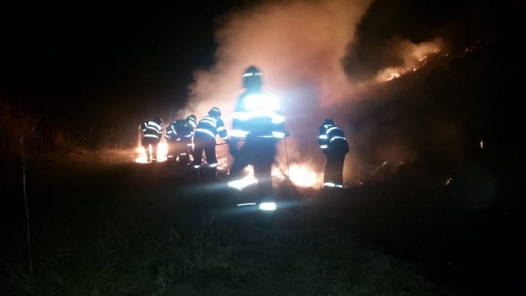 O nouă noapte de foc pentru pompieri. Au ars și două hectare de pădure