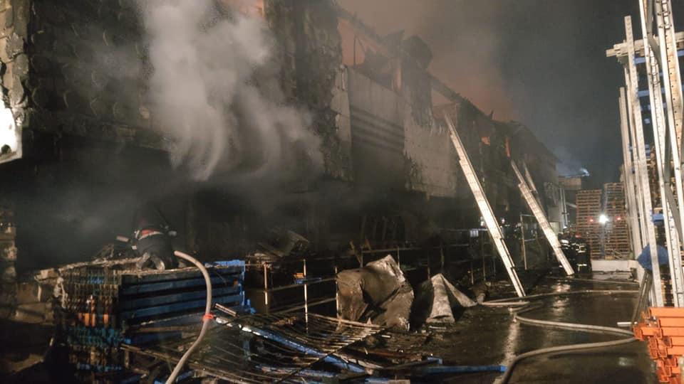 Incendiul de la depozite a fost lichidat la 5 dimineaţa. A ars TOT! - ştire în curs de updatare