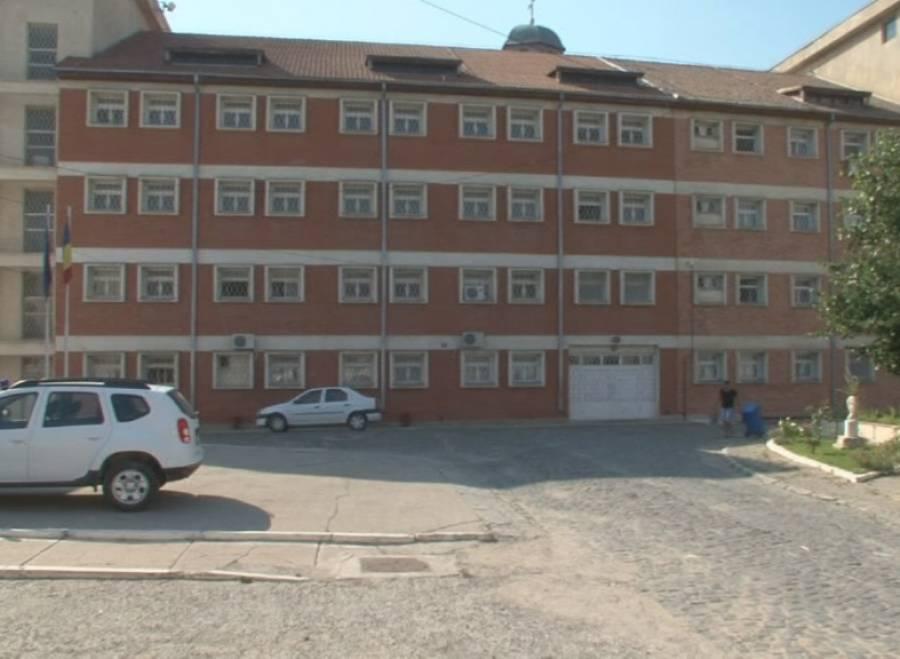 Un comisar de la Penitenciarul Tulcea a fost reţinut de procurorii DNA pentru luare de mită. Acesta ar mai fi adus deţinuţilor telefoane mobile şi alcool