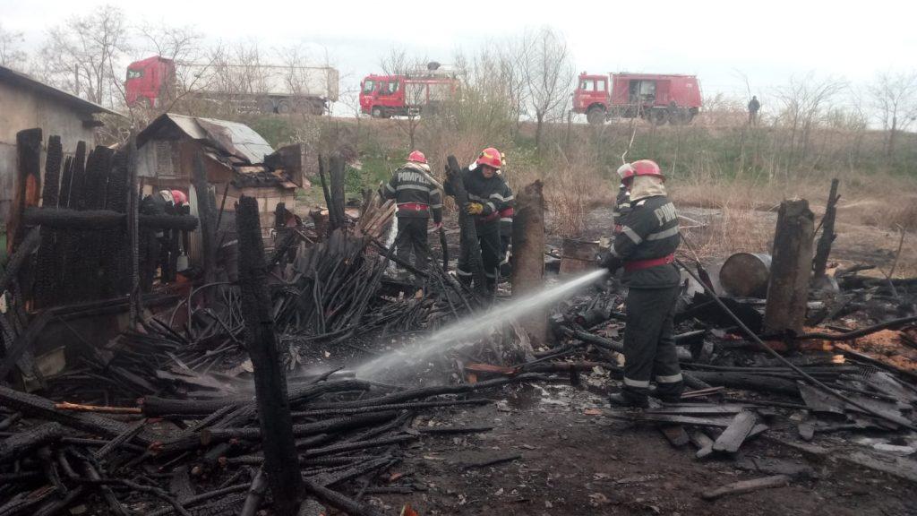 Incendiu la Măcin. Inconştienţă sau prostie? Pompierii au evitat la timp un dezastru
