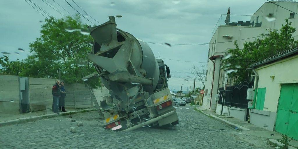 La Tulcea, străzile dezastrului înghit maşini. Culmea, chiar și strada primarului!