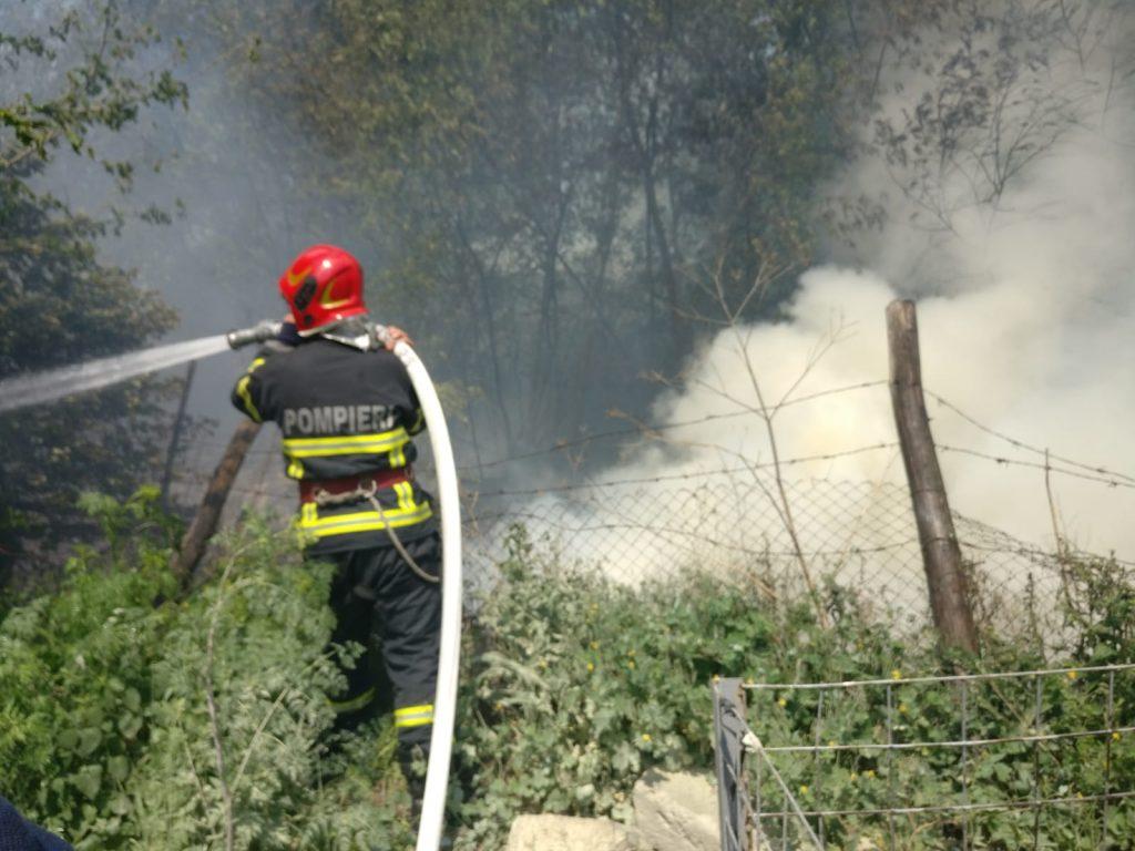 Incendiu la marginea orașului. O persoană a suferit arsuri (video)