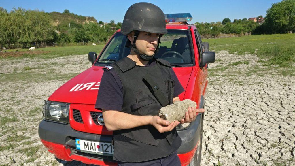 Proiectil de 85 mm din război, găsit în municipiu, pe un teren viran
