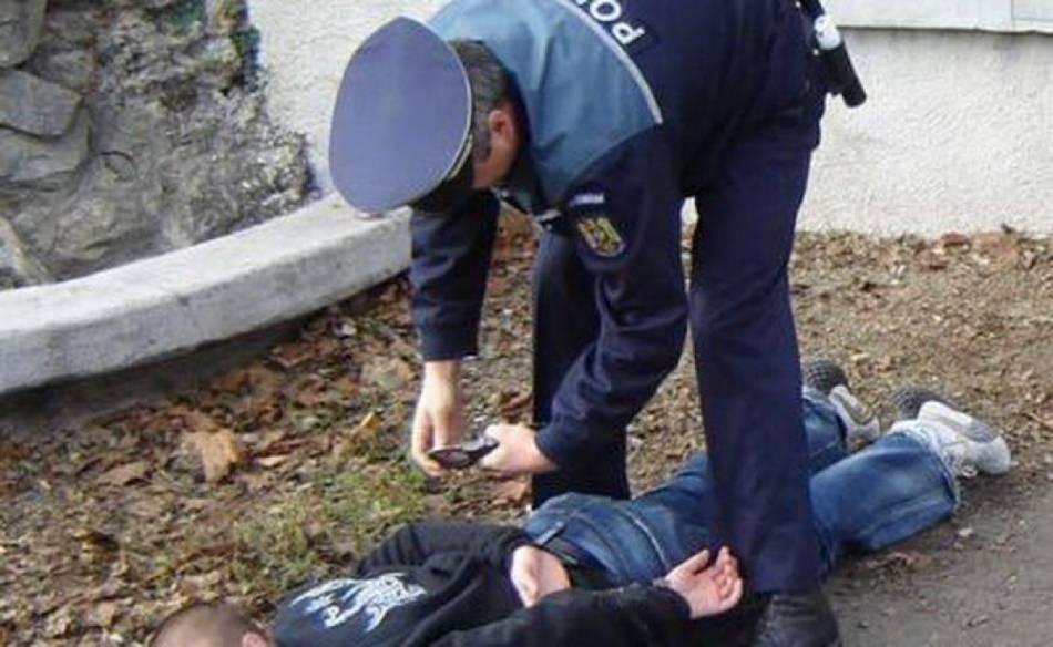 Prins la furat, și-a lovit victima în cap și a fugit. Mâine va fi propus instanței pentru arestare