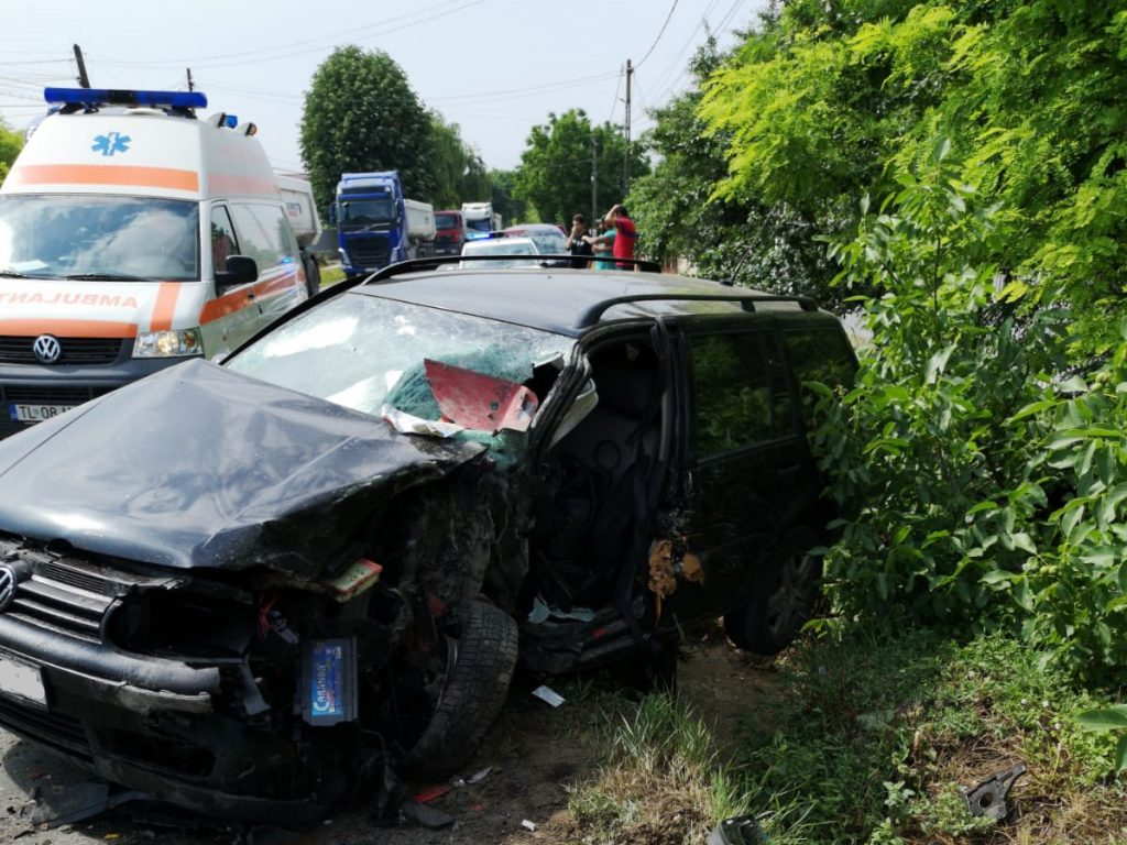 Mașină făcută zob de un autotren, la Văcăreni. Șoferul și pasagera au ajuns la spital