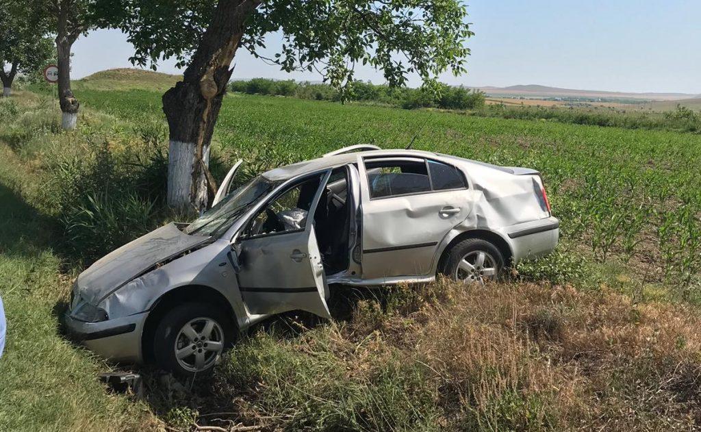 A ajuns cu mașina în șanț, s-a răsturnat și s-a oprit în copac