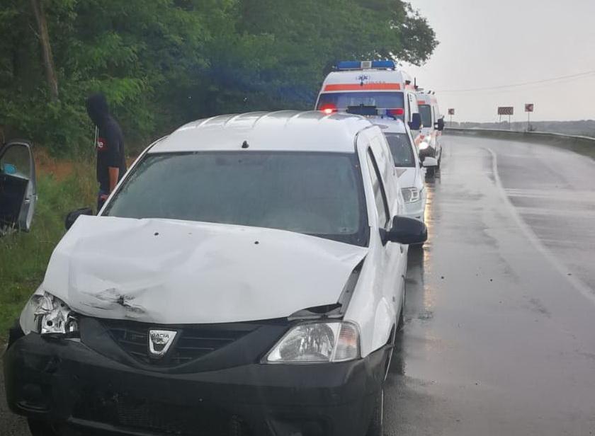 Accident între Malcoci și Tulcea, din cauza vitezei. Doi oameni au ajuns la spital