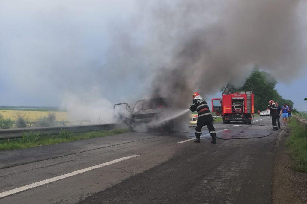 Arde un microbuz între I.C Brătianu şi Garvăn. Pasagerii s-au salvat singuri (Video)