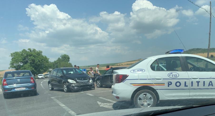 Accident în intersecție la Cataloi. O femeie de 30 de ani a ajuns la spital (Video)