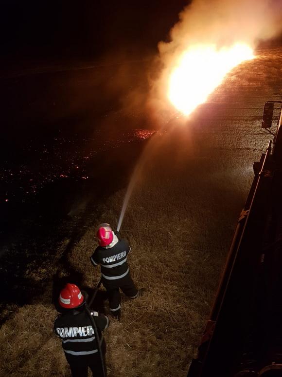 Patru hectare de miriște au ars azi noapte la Lăstuni