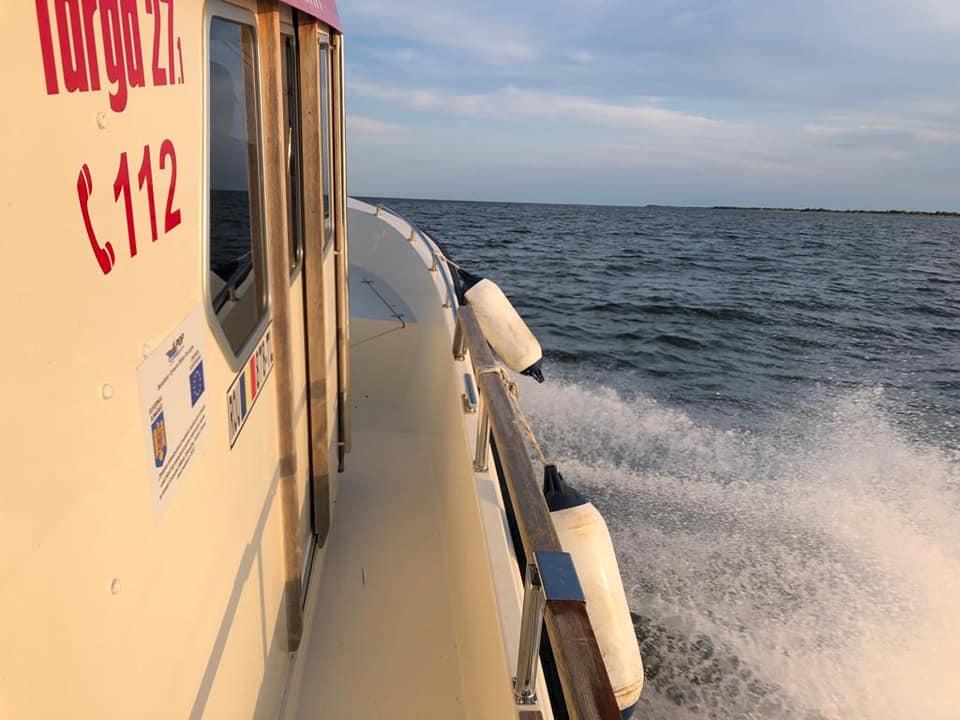 Un turist a căzut în mare cu parapanta. A fost salvat de barca primăriei din Sfântu Gheorghe