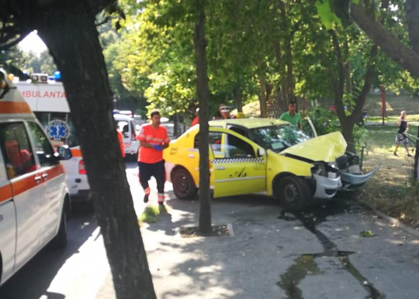 Unui taximetrist i s-a făcut rău la volan și a ieșit cu taxiul în decor (Video)