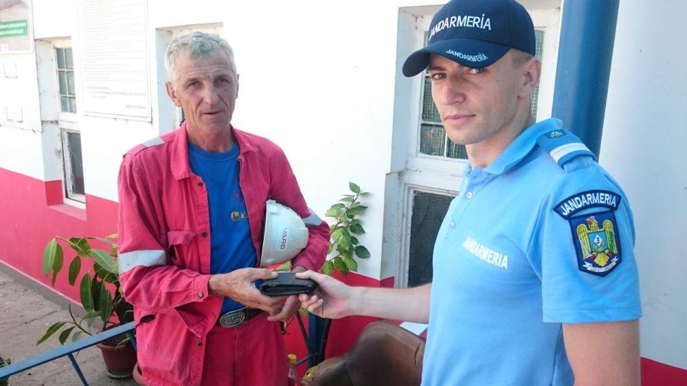 Un bărbat din Tulcea şi-a recuperat astăzi portofelul pierdut, datorită jandarmilor tulceni