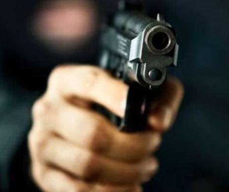 Atac în stil mafiot! Doi tulceni au furat o maşină ameninţînd proprietarul cu un pistol şi un cuţit