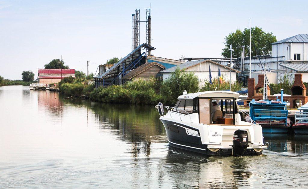 Trei oameni trăiesc datorită salvatorilor din Jurilovca! Barca cu trei turişti se răsturnase... dar au fost recuperaţi la timp