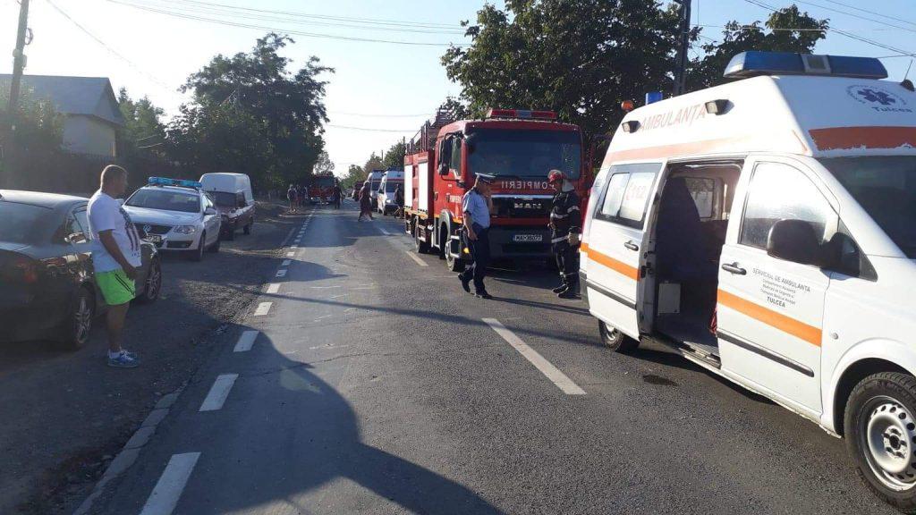 Doi morţi şi patru răniţi grav la Văcăreni. O maşină a intrat într-o casă (Video)
