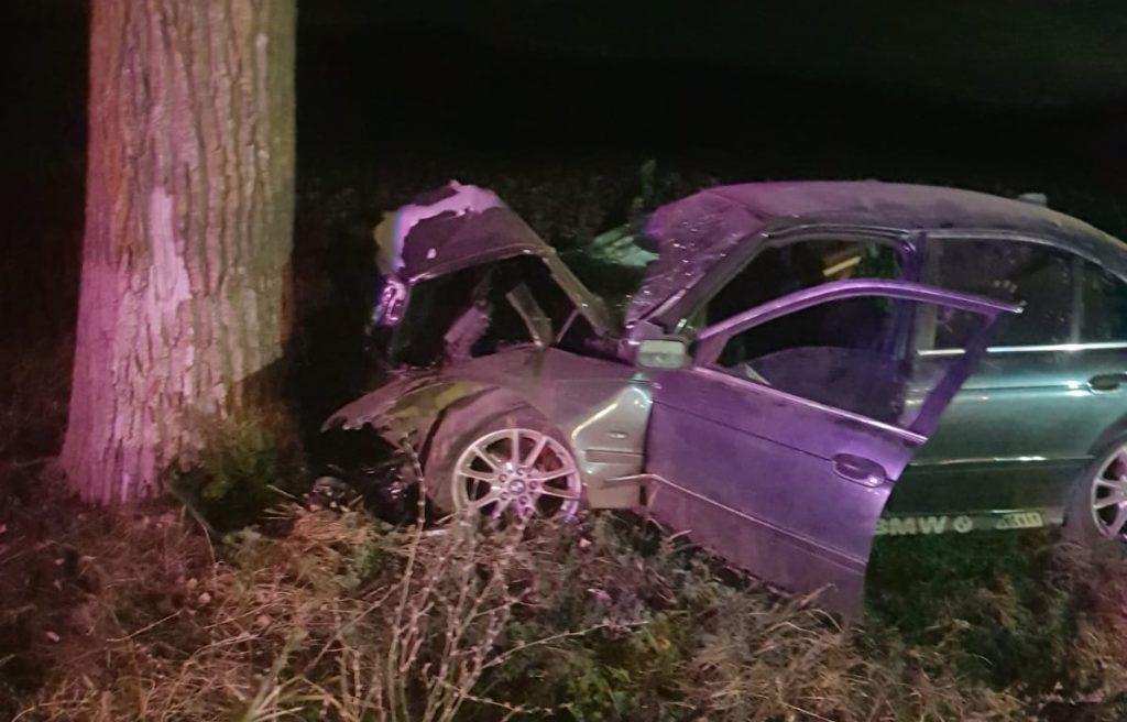 Un buzoian beat a intrat cu BMW-ul într-un copac şi a băgat doi oameni în spital
