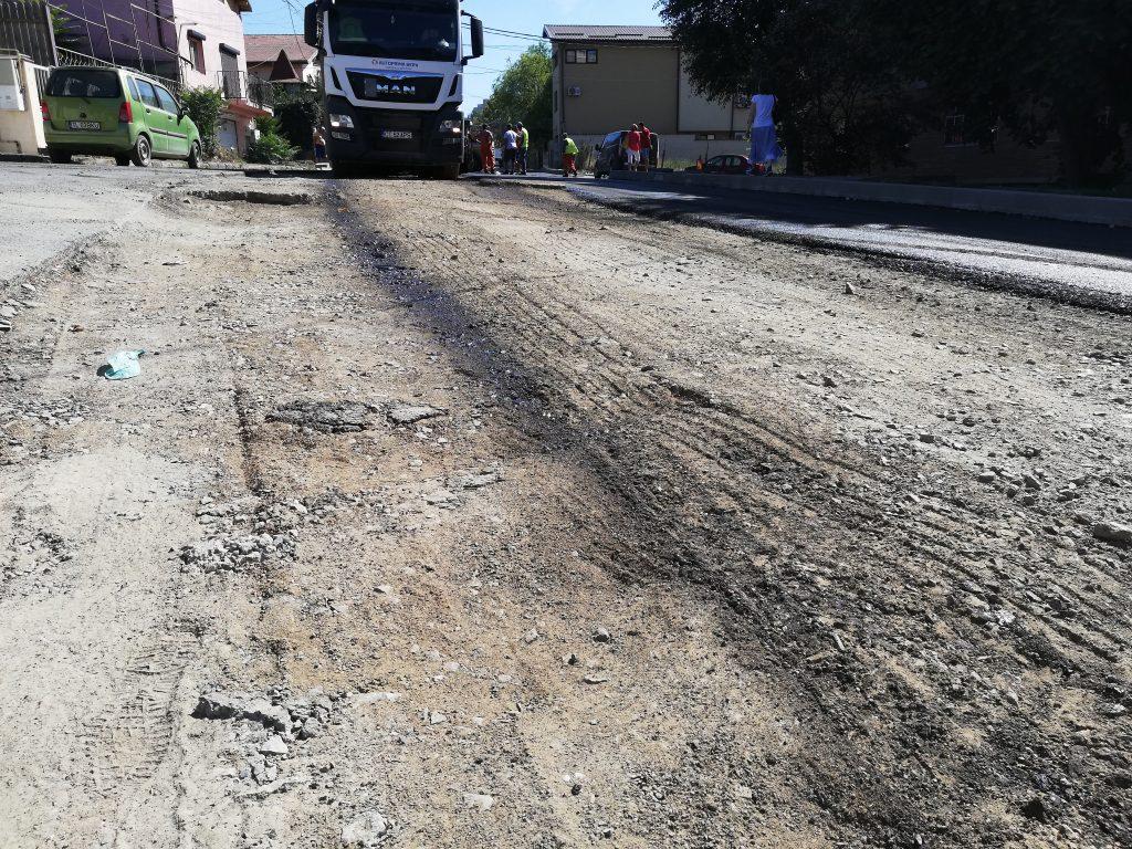 Pe Podgoriilor se toarnă covor asfaltic direct pe pământ! (Video)