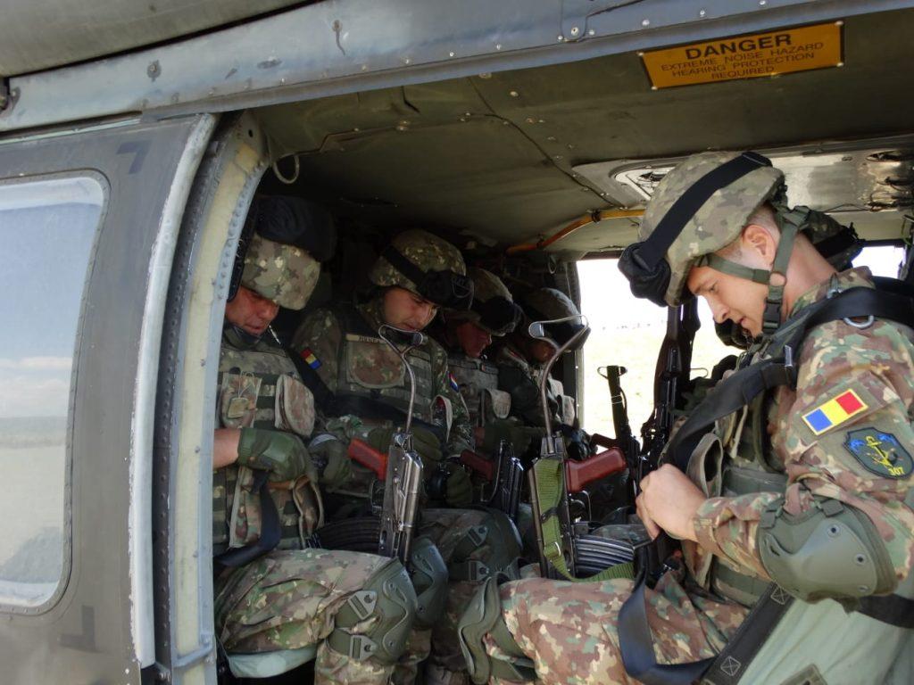 Nave militare, elicoptere și pușcași marini - Alarmă în deltă!