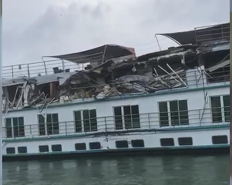 Navă de pasageri de lux avariată serios de un cargou în portul Tulcea (VIDEO)